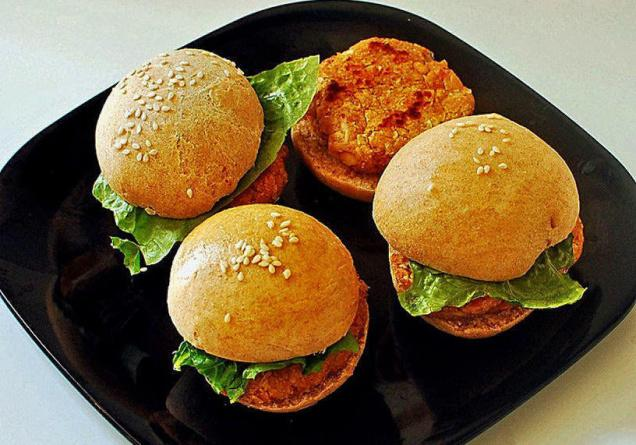 Global burger chains add fizz to draw Indian consumers