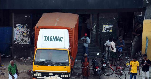 India. Tasmac shop faces residents' ire